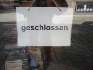 In einer Ladentür hängendes Geschlossen-Schild