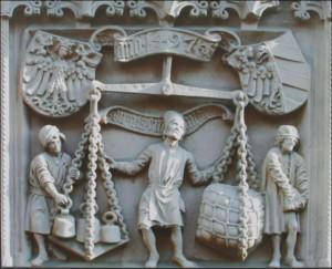 Relief an der Nürnberger Waage zeigt einen Mann der eine Waage bedient, welche einen Ballen Stroh gegen Gewicht aufwiegt