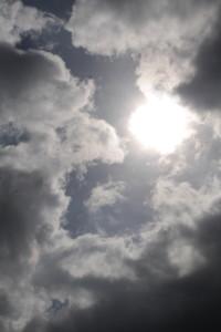 Dunkler Himmel mit durch die Wolken scheinender Mond