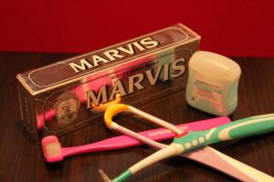 Zahnpflegeutensilien (Zahnpasta, Zahnseide, Superbrush-Zahnbürsten, Zungen-und Zahnzwischenraumreiniger)