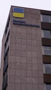 Logo der deutschen Rentenversicherung, angebracht an einen grauen Plattenbau