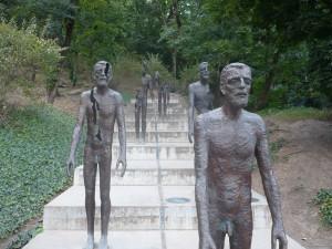 Kunstinstallation auf einer Treppe, betsehnd aus mehrenen menschen, welche sich immer weiter auflösen
