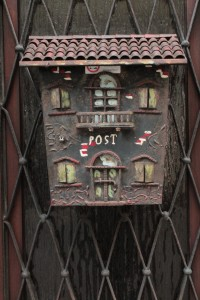 Briefkasten in Häuseroptik mit Aufschrift Post