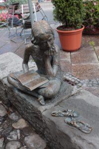 lesendes Mädchen als Skulptur